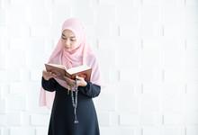 Beautiful Young Asian Muslim W...