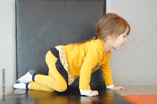 Enfant joue Canvas Print