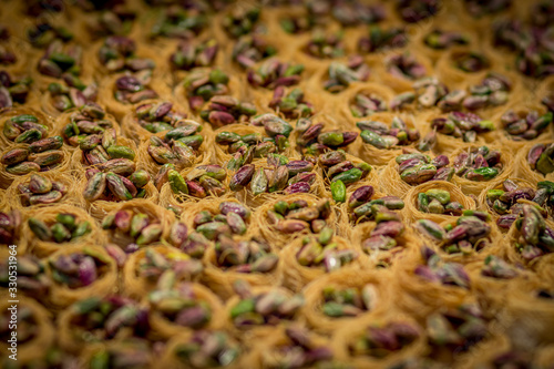 Photo Baklawa (baklawa) traditional and authentic Middle Eastern Arabian pastry, fried dough wires, honey, in the shape of an open square