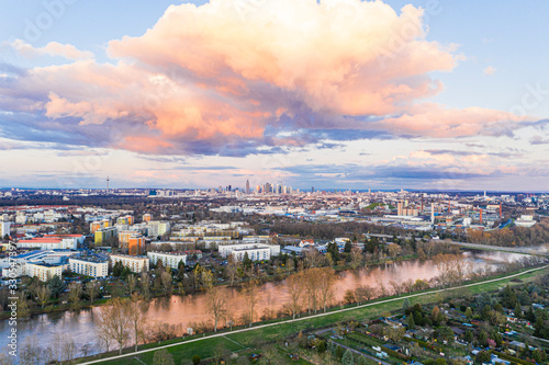 Photo Aerial panoramic picture of river Main and the Frankfurt skyline during sunset i