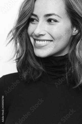 Fotografía Portrait of young happy woman in black and white with a big smile on her face lo
