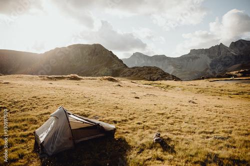 Admirer le coucher de soleil et dormir dans une tente Canvas Print
