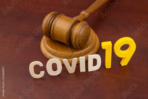 Cuadros en Lienzo Wooden judge gavel with word covid19