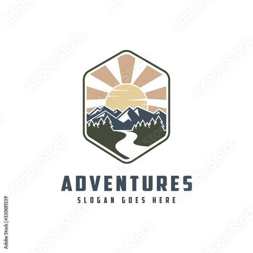 Photographie vintage emblem mountain and river landscape adventure logo icon