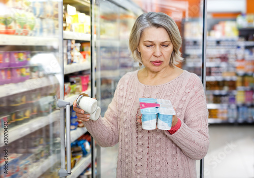 Fotomural Shocked ordinary woman reading product label