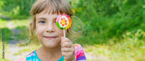 Photographie Lollipops in the hands of child. Selective focus.