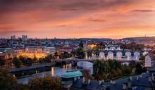 Panoramablick Auf Die Stadt Prag Nach Sonnenuntergang Mit Der Moldau, Karlsbrücke, Der Altstadt Und Den Modernen Wolkenkratzern Im Hintergrund