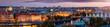 Weites Panorama der beleuchteten Stadtlandschaft von Prag, Tschechische Republik, am Abend mit zahlreichen Sehenswürdigkeiten und der Moldau