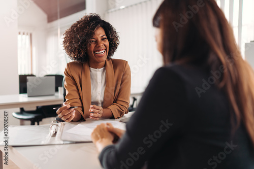 Leinwand Poster Female financial advisor consulting a client