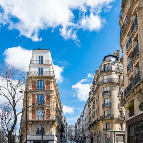 Obraz Paris, typical narrow building in Montmartre - fototapety do salonu