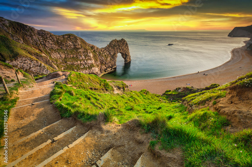 Photo Durdle Door at the beach on the Jurassic Coast of Dorset at sunset, UK