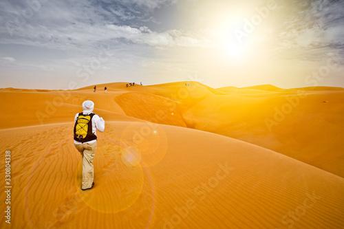 Photo Randonneur sur une dune dans le désert