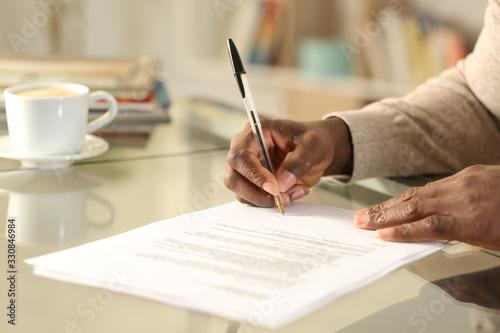 Cuadros en Lienzo Black man hands singing contract on a desk