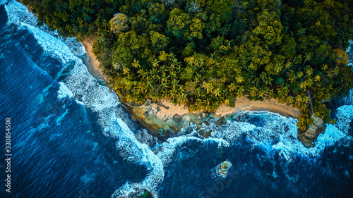 mata magnetyczna Scenic aerial shot of a sunny beach with white sand surrounded by transparent blue ocean water.