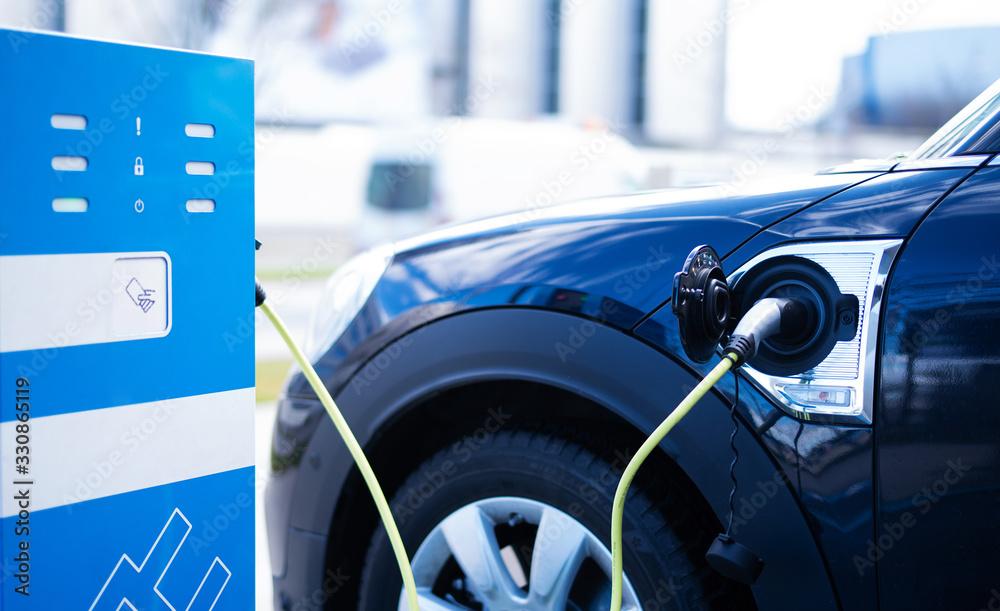 Fototapeta Elektro-Auto an einer Ladestation, Elektromobilität