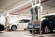 Elektroautos werden in einer Tiefgarage an einer Ladestation geladen