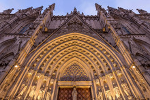 Barcelona Cathedral - Low-angl...