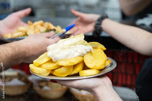 Fotografiet tapa de patatas fritas con alioli bravas