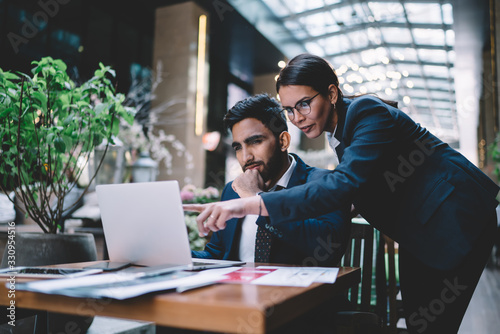 Fotomural Focused colleagues surfing laptop in hotel lobby