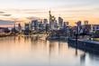 Sonnenuntergang über Frankfurt Skyline, Spiegelung im Wasser