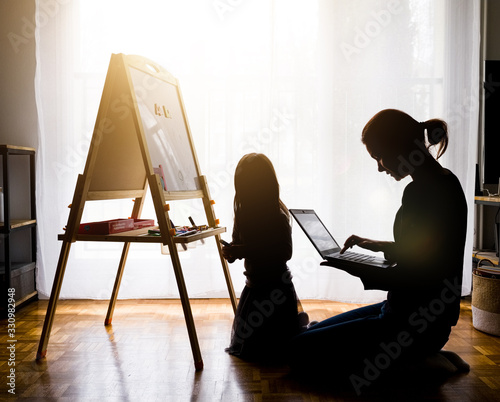 Obraz télétravail avec des enfants à la maison - fototapety do salonu