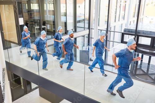 Fotografia, Obraz Notfall Mediziner laufen schnell zu einem Einsatz