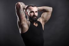 Culturista Ci Mostra I Suo Muscoli In Una Posa Plastica Isolato Su Sfondo Nero