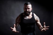 Uomo Tatuato Con Barba Urla Arrabbiato , Isolato Su Sfondo Nero