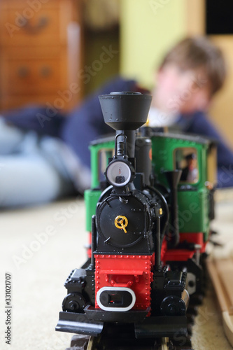 El niño y la locomotora de vapor en su cuarto Wallpaper Mural