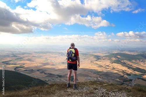 Photo El senderista admirando el paisaje en lo alto de la montaña