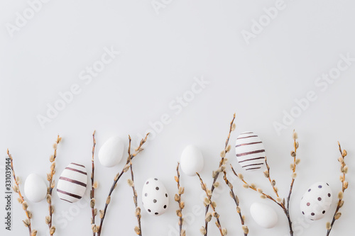 Photo Flat lay easter composition with a willow branch and eggs on a white background