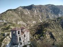 Paisaje Montañoso Con Una Antigua Fortaleza