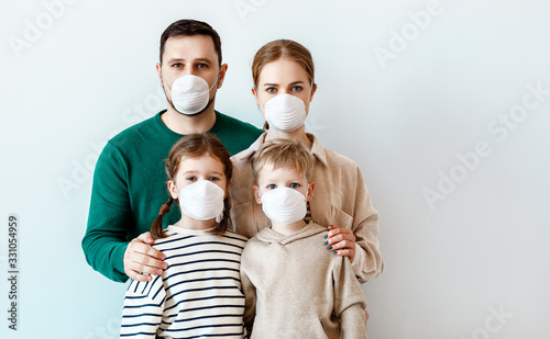 mata magnetyczna Family in medical masks during disease outbreak