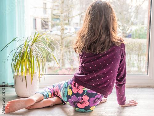 Photo Enfant à la maison durant un confinement