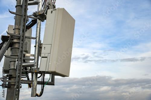 Billede på lærred 5G new radio telecommunication network antenna mounted on a metal pole providing