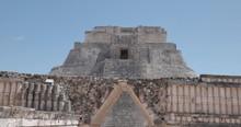 Traveling Entrando Por Puerta De Piedra En Uxmal