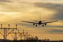 Avión Aterrizando Y Luces De Aterrizaje Eneel Aeropuerto De Barcelona