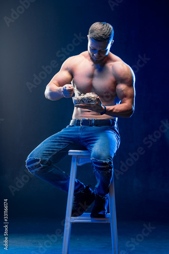 Photo Young muscular man holding healthy food