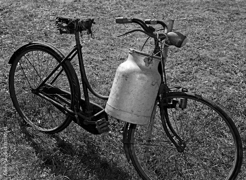 old bicycle of a milkman with black and white effect Billede på lærred