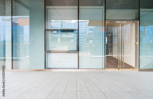 Cuadros en Lienzo A modern office building with glass doors and windows