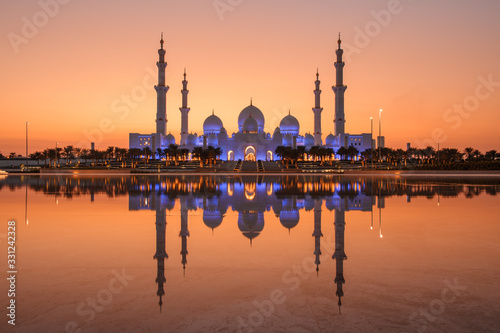Photo Sheikh Zayed Grand Mosque in Abu Dhabi with a water reflection angle, there is l