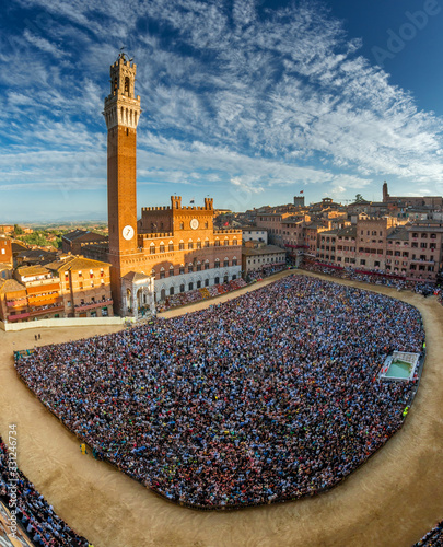 Valokuva siena, piazza del campo full of people seen from the tower of palazzo sansedoni