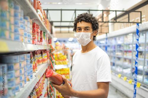 Homem com máscara de proteção Wallpaper Mural