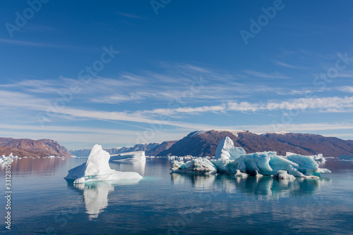 Photo Iceberg in Greenland fjord with reflection in calm water