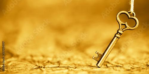Fotomural Antique solution key, web banner on gold background