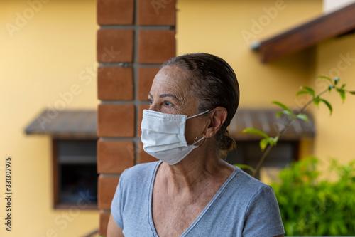 Mulher idosa com máscara de proteção Wallpaper Mural