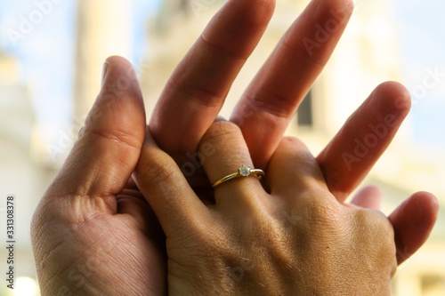 Foto Closeup of lovers hands with an engagement ring