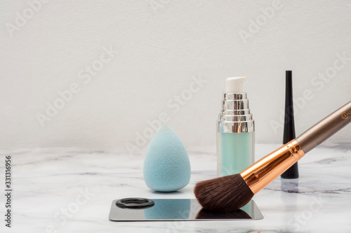Photo Brocha de maquillaje con paleta para aplicar y cosmeticos sobre una base de márm