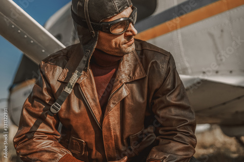 Photo Handsome stylish man resting near airplane outdoors
