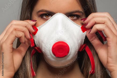 Giovane ragazza che indossa, a scopo precauzionale, una mascherina sanitaria ffp Canvas Print